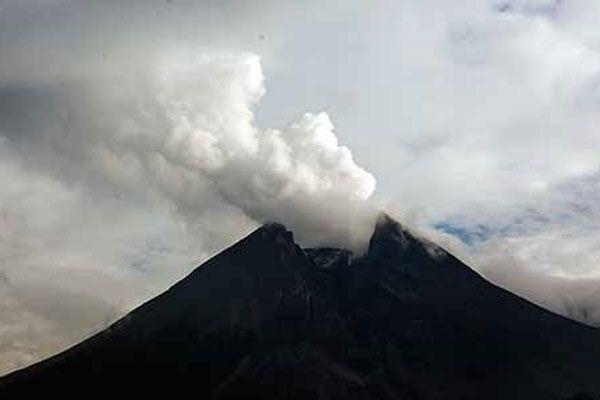 Gunung Merapi Meletus, Warga Didaerah Lereng Mengungsi