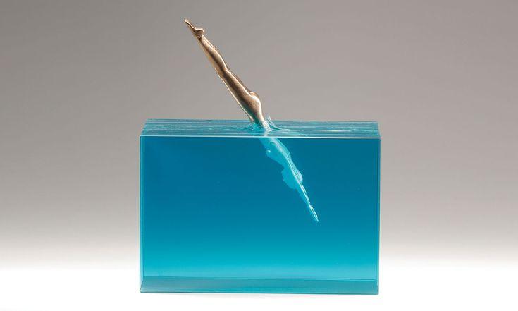 Ben Young vytváří sochy smotivy mořského pobřeží ze skla abetonu