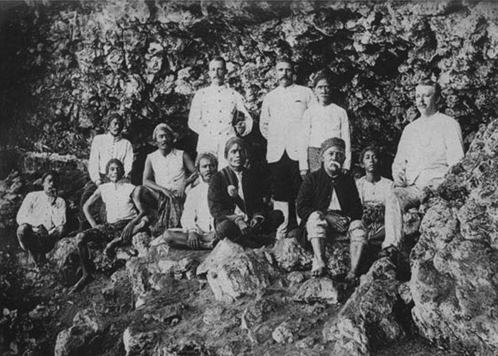 Kassian Cephas adalah juru foto profesional yang bekerja untuk Sultan Yogyakarta. Putra dari Kartodrono dan Minah, pasangan pribumi ini, lahir di Yogyakarta pada 15 Januari 1845 dengan nama Kassian. Kassian mengambil nama Cephas sebagai nama baptis yang kemudianpada 1889 diresmikan sebagai nama ma…