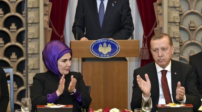 Presiden Turki Tayyip Erdogan (kanan) dan istrinya Emine (kiri) memberi tepuk tangan kepada Perdana Menteri Jepang Shinzo Abe saat jamuan makan malam yang diselenggarakan oleh Perdana Menteri Abe, Tokyo (8/10/2015) (REUTERS / Franck Robichon / Renang)