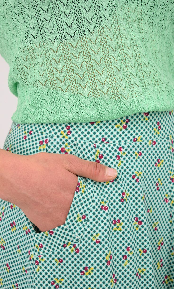 Sofia Skirt Blush - Wijde rok met een speelse kersenprint en vaste elastische tailleband. De rok heeft twee steekzakken op de voorkant die zijn afgezet met een brede bies. Het biologische katoen voelt erg zacht aan. Eventueel ook leuk te dragen met een gekleurde panty.