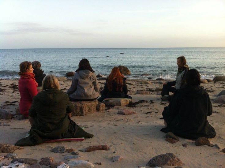 Silent Retreat med Yoga og Meditation på Møn | 8. - 10. juni 2018  Skab energi og overblik efter en fordybende og opløftende weekend med yoga, afspænding, åndedrætsøvelser, meditation, lydhealing, chants, lækker vegetarisk mad, detox fodbad, sauna ved havet og infrarød sauna.