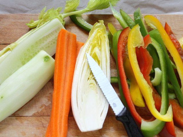 CROCCHETTE CON SALSA SKORDALIA E PINZIMONIO 4/5 - Pulite le verdure: tagliate le carote, i peperoni ed il cetriolo a bastoncini, la belga a fette, il sedano a pezzetti.