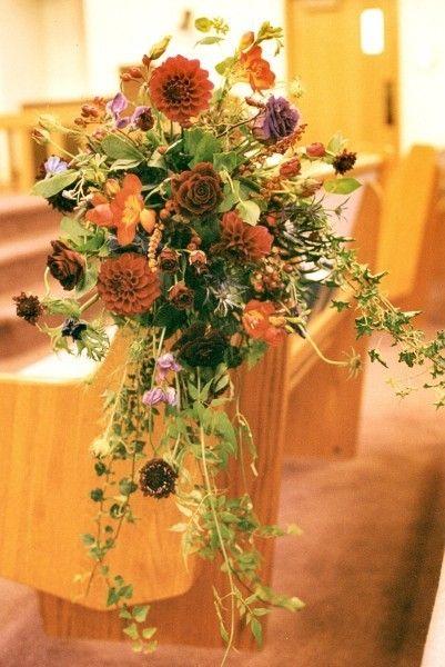 cascading-pew-arrangements-fall-flowers-francoise-weeks.jpg (401×600)