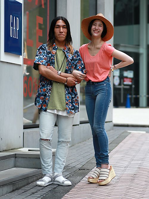【渋谷店スタッフ注目コーデ】 柄&カラーでシーズンムードを盛り上げて。(右)ネオンカラーTシャツにデニムでアクティビティにもピッタリ。(左)フラワープリントシャツはカーキTシャツで今年のトレンドに。■渋谷店 http://loco.yahoo.co.jp/place/g-aJEmiYxOWbA/ ■オンラインストアはこちら http://www.gap.co.jp ■GapストアスタッフコーデをWEARで見る http://wear.jp/gapjapan/ http://wear.jp/gapjapanmen/