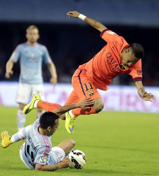 El delantero brasileño del Barcelona, Neymar da Silva  pelea un balón con el centrocampista chileno del Celta, Fabián Orellana.