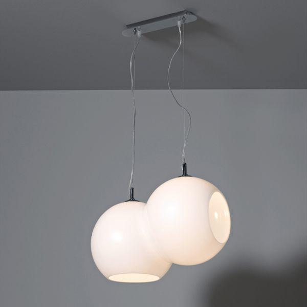GLOBULO di Selene Illuminazione, sospensione in vetro soffiato incamiciato bianco a due globi compenetrati e fusi insieme in un unico diffusore. I due tagli di apertura, tra loro ortogonali, proiettano nello spazio un fascio di luce diretta.