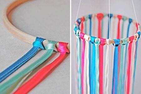 Móvil creado con aros de bordado y cintas de colores #decoracion #arosdebordado…