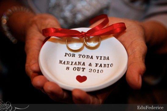Planejando meu casamento.com.br | Pratinho porta aliança de louça, com nome dos noivos. Foto: Edu Federice.