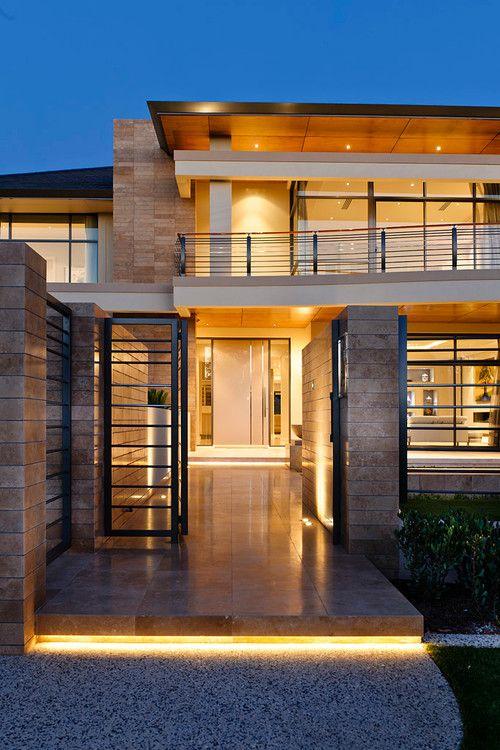 entrada fachada iluminada com escada e iluminação sob degrau