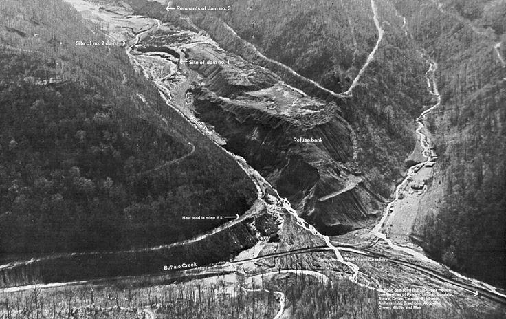 [1972] Revienta la presa de Buffalo Creek matando a 125 personas  Triste final  Tal día como hoy 26 de febrero de 1972 colapsaba la presa Buffalo Creek en Virginia Occidental (Estados Unidos) inundando el valle que estaba a sus pies dejando un triste reguero de 118 muertos a su paso. Más de 4.000 personas se quedaron sin hogar.  Quizá convenga recordar que sólo 4 días antes un inspector federal de minas había visitado la instalación declarándola satisfactoria.  Pero la realidad es obstinada…