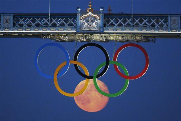Měsíc a olympijské kruhy