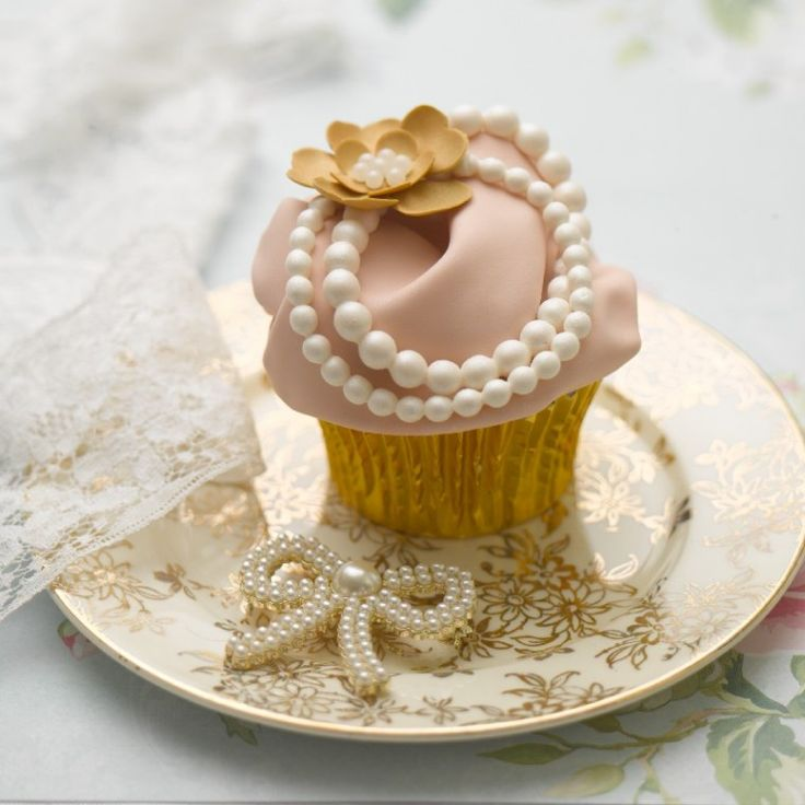 vintage style cupcake with 'pearls for the girls' <3