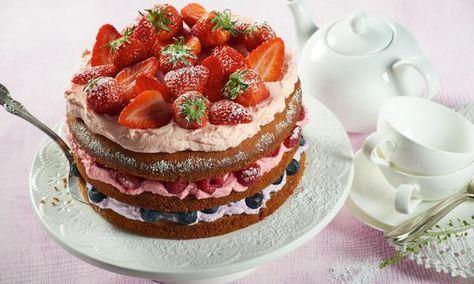 Eine kleine Torte im angesagten Naked-Cake-Style mit einer Sahnecreme und frischen Beeren