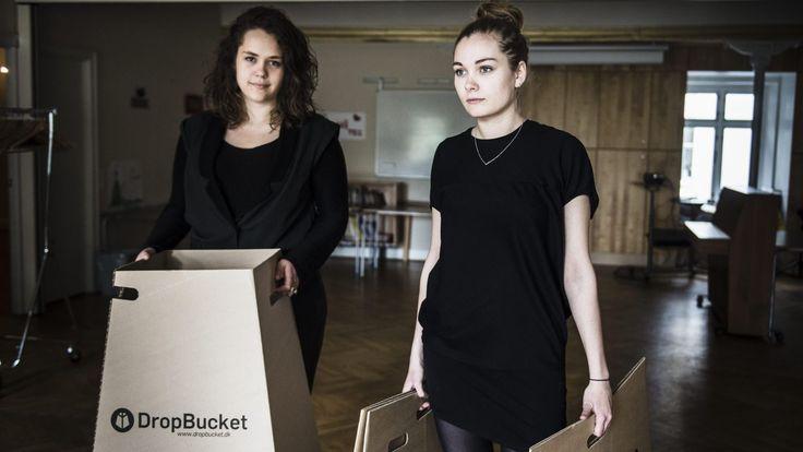 Heiða Nolsøe (t.v.) og Marie Berggreen med deres papskraldespand Dropbucket.