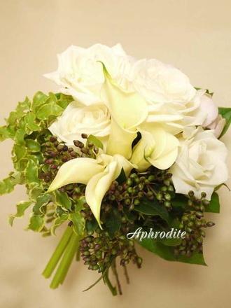 ウエディングブーケ専門ショップ・アフロディーテ(Wedding Bouquet Aphrodite) 白バラとグリーンのクラッチブーケ