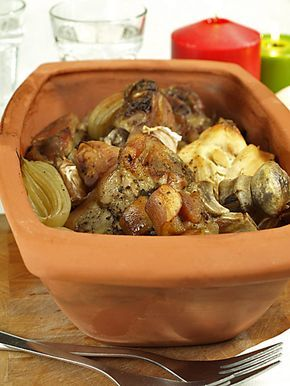 Rzymski garnek pełen pieczonego mięsa w sam raz na zimne dni