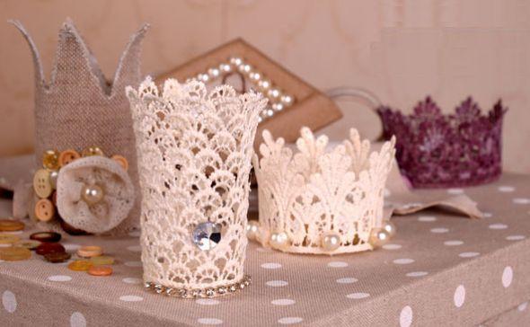 Para a próxima festa de Halloween você pode improvisar uma fantasia de princesa para a sua filha e fazer uma coroa infantil com rolo de papel. É muito fáci