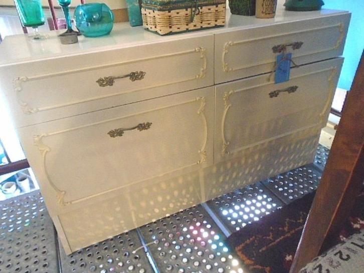 kastje met versierde fronten (passend bij 2 kleinere kastjes a 22.50) 2 lades en 2 deuren en een mooie Ronde Kapspiegel