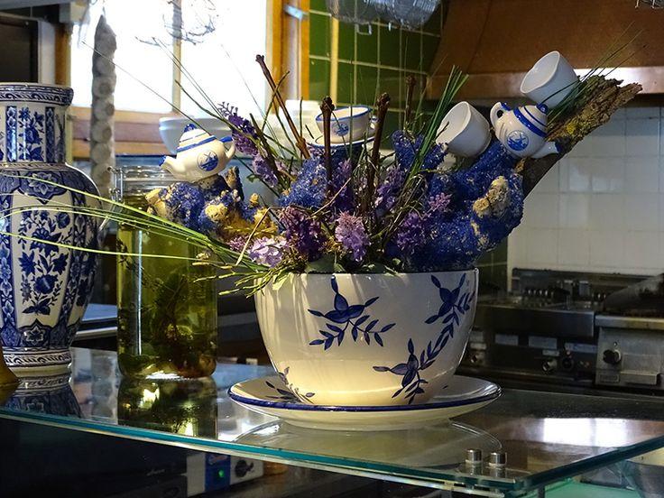 Decoratie voor Taverne De Kade in Grou. Ingrediënten: grote soepkom, kleine stammetjes, schors, droogbloemen en miniaturen. Mixen met wat creativiteit. En zie het resultaat!