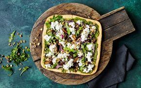Pizza med pesto, svampe og ristede nødder Pizza med stegte svampe, basilikumpesto og på toppen frisk hytteost. Om du er vegetar eller til kød, så vil du forhåbentlig blive glad af at spise denne lækre pizza.
