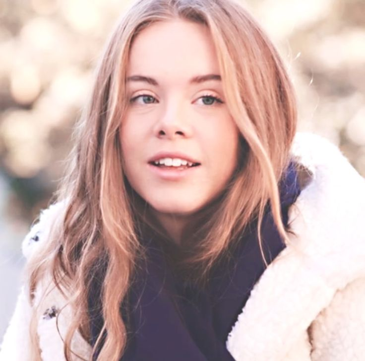 Eva Mohn.. a 17 year old girl who is likes to keep things to herself. Eva is friends with William and Chris, and her eyes are on Chris.. She has a big crush on him. Eva loves to listen to music, and write.