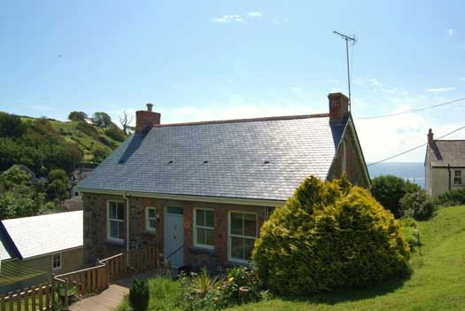 Just a few minutes' stroll from the beach and the village pub, Coth Lytherva (2559) is a holiday cottage for six in Cadgwith, Cornwall and enjoys lovely sea views from almost every room.