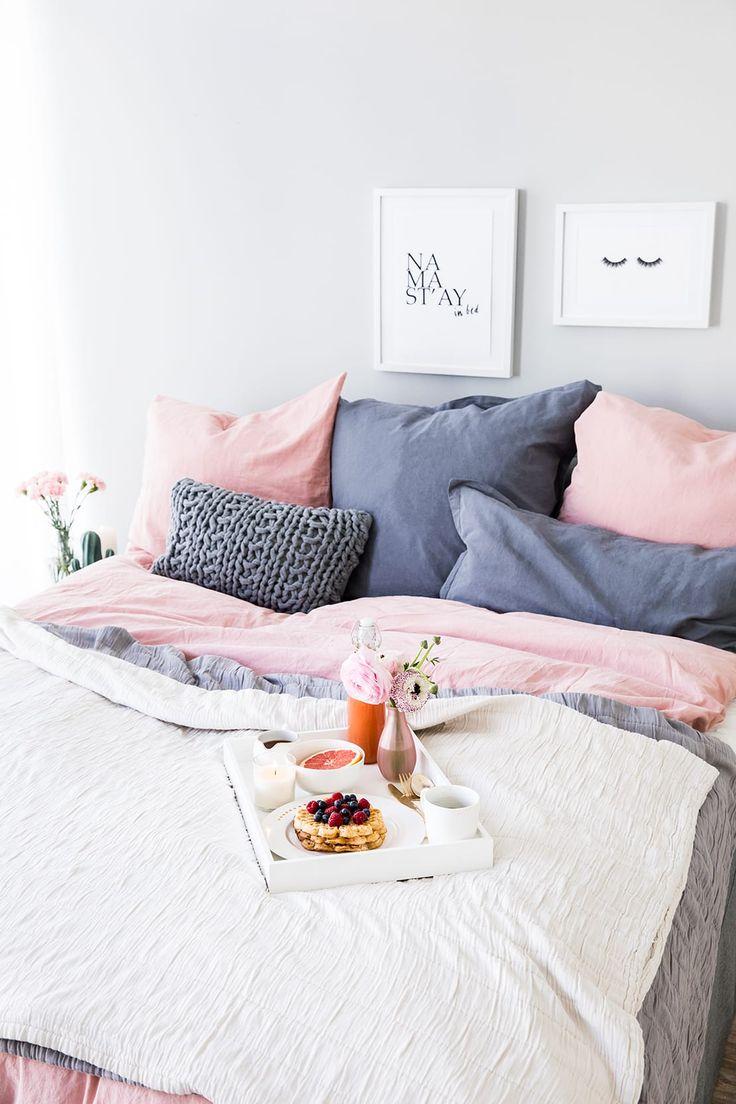 Lazy Sunday: Du bist einer unserer Lieblinge! In Decken kuscheln, im Bett essen und stundenlang Serien schauen oder lesen – wir verraten Ihnen 9 Tipps.