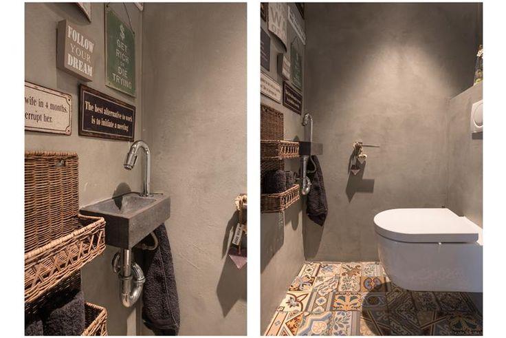 Toiletruimte afgewerkt met kleurrijke Portugese tegeltjes en beton-ciré.
