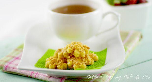 Bosan bentuk stick? Cetak saja dengan cetakan kuker bunga, jadinya cantik lho! Kaastengels Bunga Fatmah Bahalwan Bahan: 300 gr mentega 200 gr keju tua parut 400 gr tepung terigu protein sedang 2 sdm susu bubuk 2 btr kuning telur Bahan olesan: 3 btr kuning telur, kocok lepas dengan 1-2 sdm susu cair Taburan: Keju cheddar parut Cara membuat: Kocok mentega dan telur dengan kecepatan rendah, sebentar saja, asal tercampur rata. Masukkan keju, aduk rata. Masukkan tepung terigu dan…
