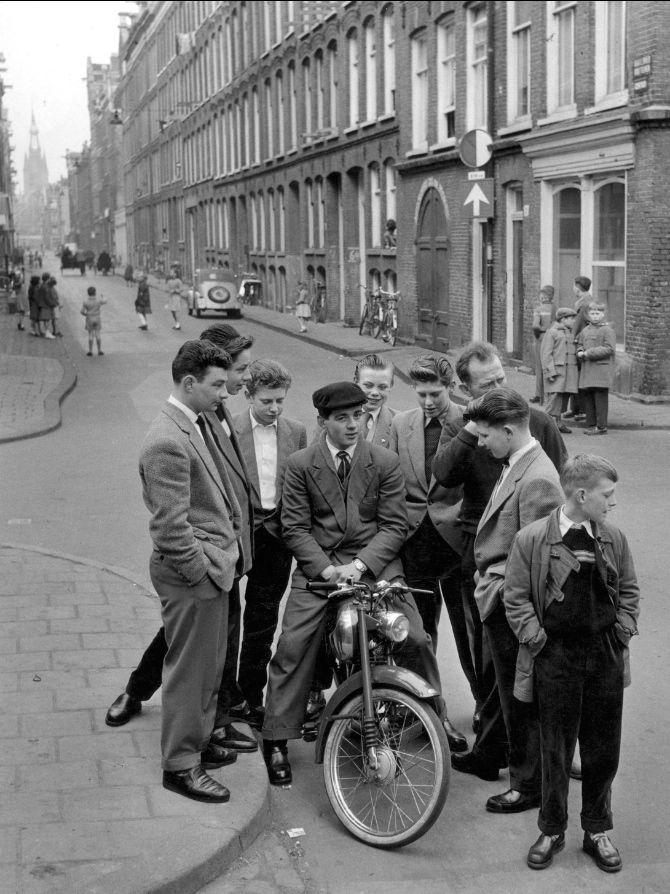 www.trondbargie.nl - - - - - - - - - - - -   Hangjongeren (nozems) op straat (jaren 50)