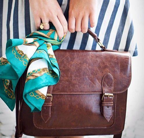 Bolsa com o lenço amarrado: moda que está nas ruas
