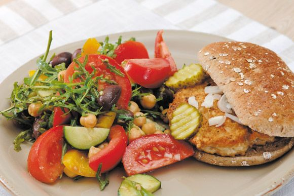 Kyllingburger med kikertsalat