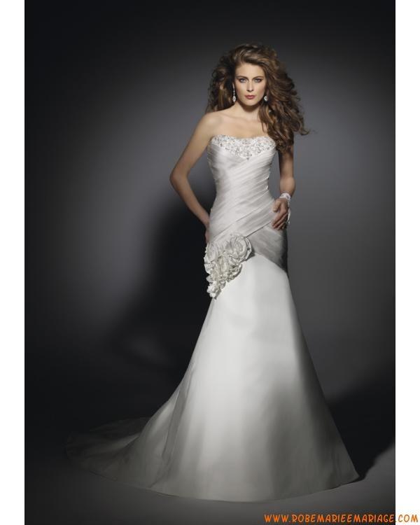 robe de mariée en satin sans bretelle avec une traîne courte