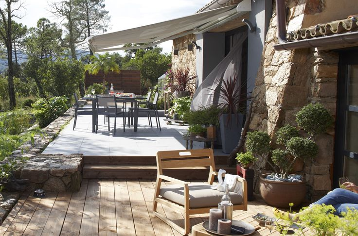En été, la terrasse devient le cœur de la maison