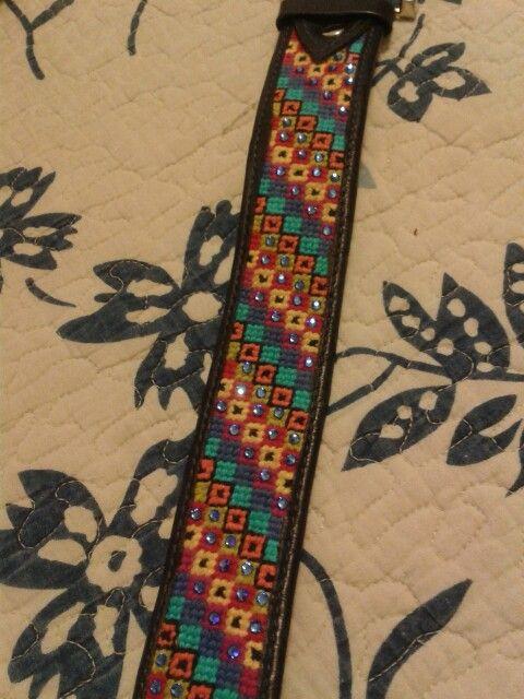 Cinturón bordado a mano con aplicación de strass. Materiales, algodón, cuero y strass.