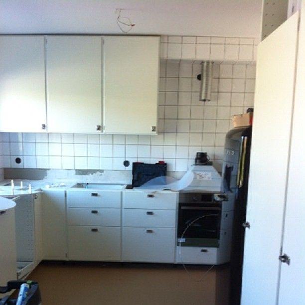 Retrokök byggt på IKEA:s Metodstommar. Luckor och fronter i kulören NCS S0502-Y. Tickabeslag. Fler bilder kommer när köket är färdigställt. #ikea #ikeametod #metod #retro #retroluckor #funkis #jarfallakok #järfällakök #ticka