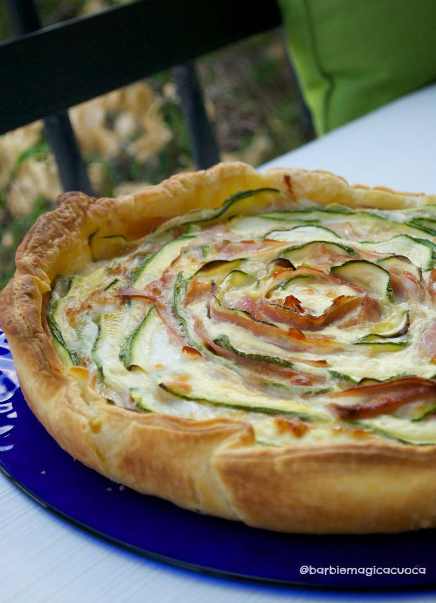 Torta salata a fiore con mortadella, zucchine e formaggio