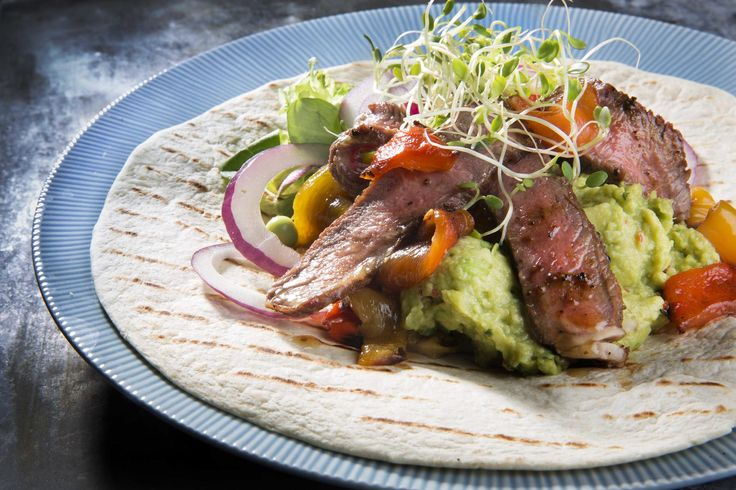 Biffsalat i wrap med spicy guacamole