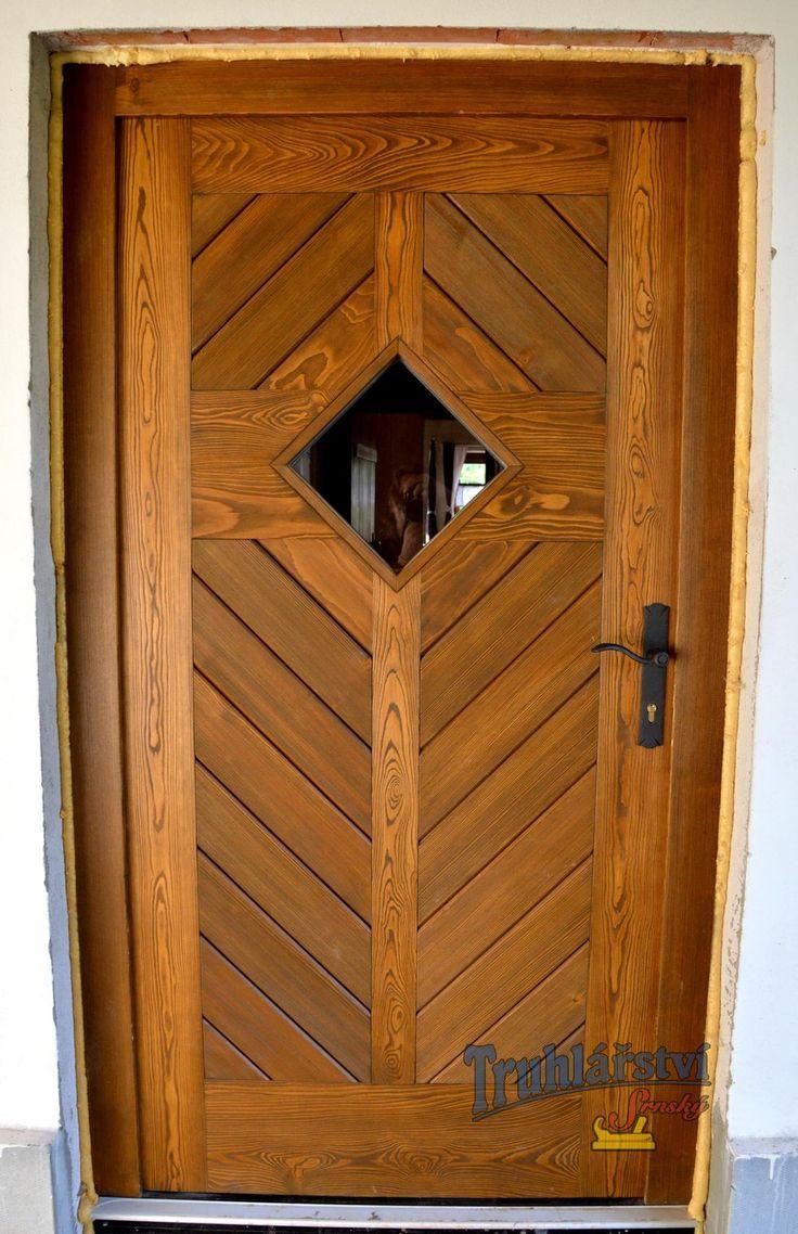 Dveře vstupní jednokřídlé, palubkové s okénkem, v rámové zárubni, smrk, drásané, nátěr olejovou lazurou OSMO.