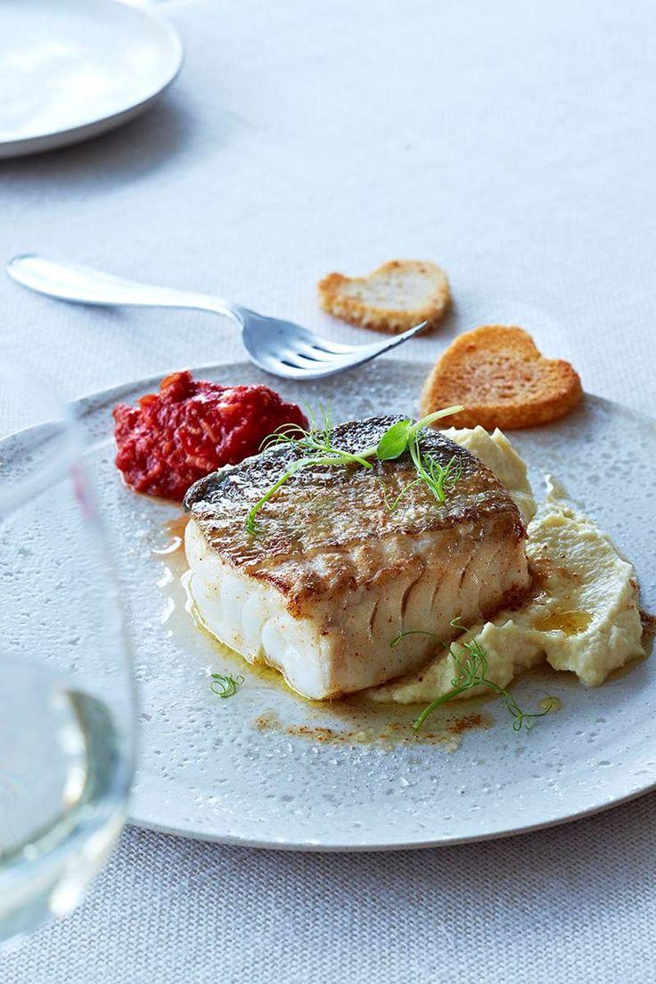Skrei er en fantastisk og anvendelig fisk. Tradisjonelt ble skrei servert som mølje, men her får du ti himmelske oppskrifter med skrei.