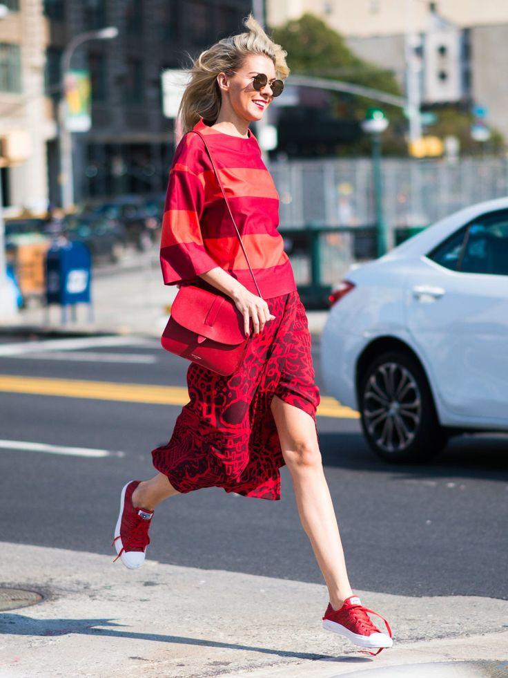 Traut euch was! Zum Beispiel rote Sneaker oder gleich ein ganz Look in Rot? Okay. Wir fangen mit den Sneakern an. Wie wäre es mit roten Converse? Der Chuck II Knit ist in drei Farben erhältlich und kostet ca. 85 Euro.