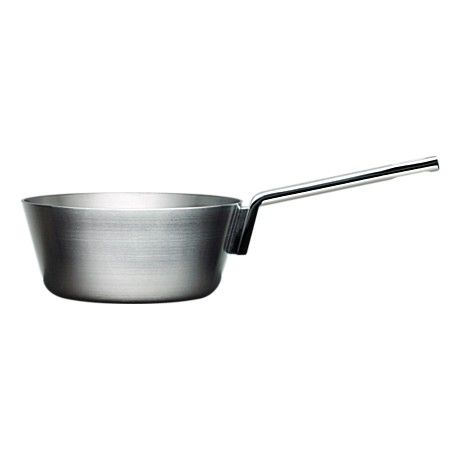 The Iittala Tools 1,0 L sauteuse by Björn Dahlström (1998). The perfect little thing for 2-4 person sauces. Might have to upgrade to the 2,5 L for those occasions when there's more than 4 people eating. Love the slightly widening bowl and elegant lines.