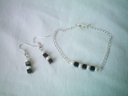 """Parure con catena argentata e cubi di ematite alternati a palline in metallo con effetto """"diamantato""""."""