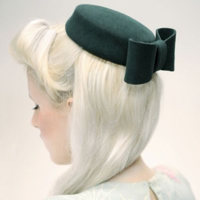 Bee Smith Forest Green Pillbox Hat £85 - Vintage clothing from Rokit - hat, pillbox hat, 50s hat, fascinators