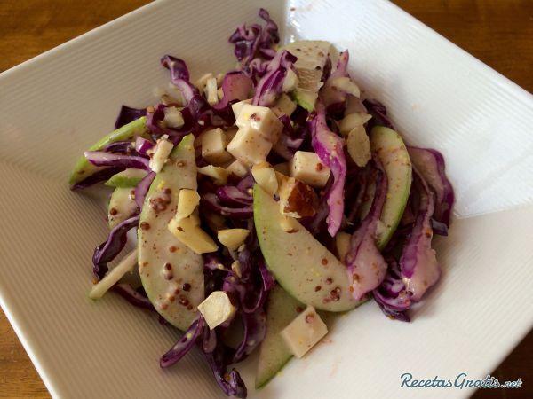 Receta de Ensalada de col lombarda y manzana - Fácil