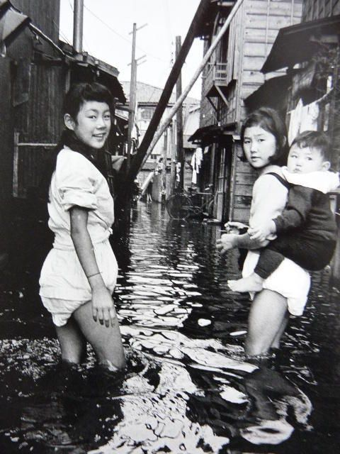 Flooding in a district at sea-level, Oshima, Tokyo, 1959 by Nagano Shigeichi
