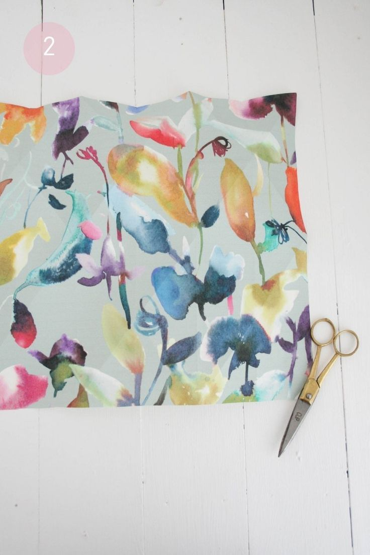 lampe papier origami multicolore à motifs fleurs et découpage du papaier en détail
