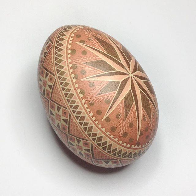 a brown double yolk chicken shell #pysanky #pysanka #maldedebarkment #introverttherapy