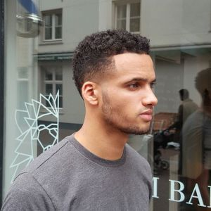 barber_djirlauw Wide taper. short sides curly top